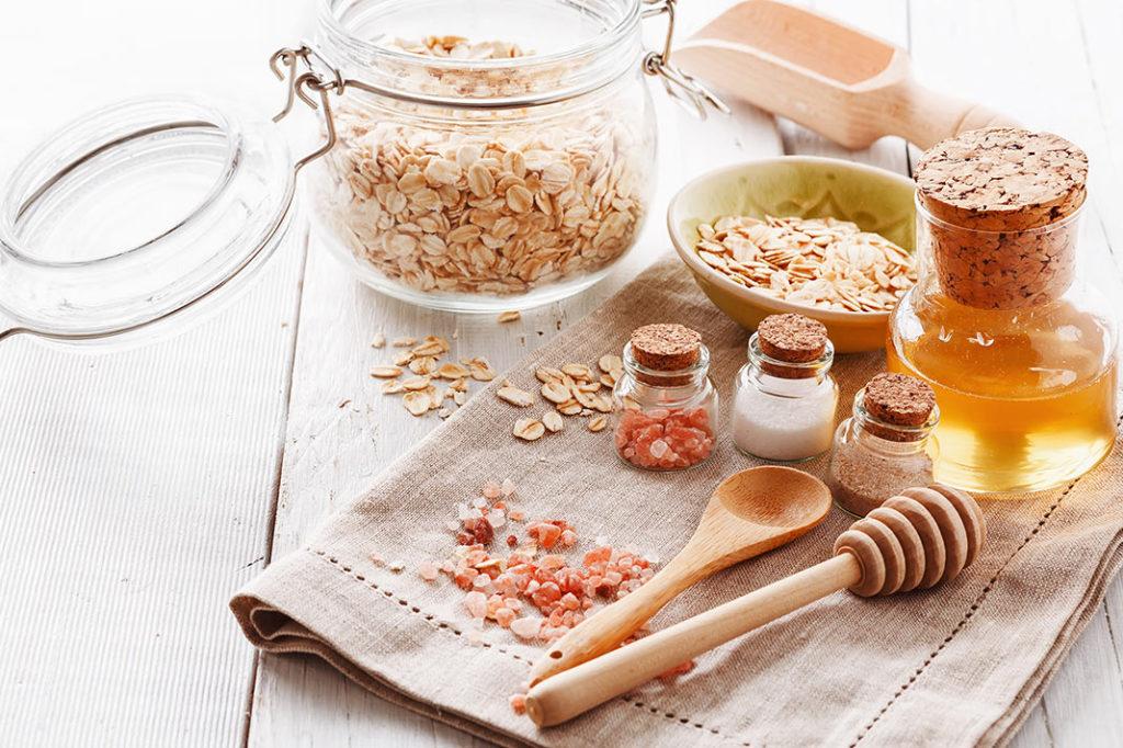 preparation of oatmeal and sugar mask